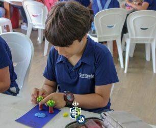 Students develop a reinterpretation of Tarsila do Amaral's work in the Arts class